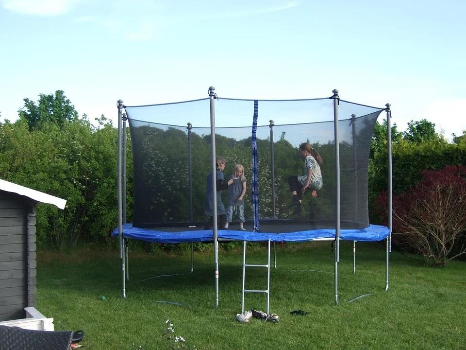 Děti na trampolíně