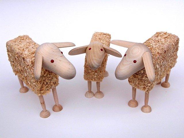 tři dřevěné ovečky