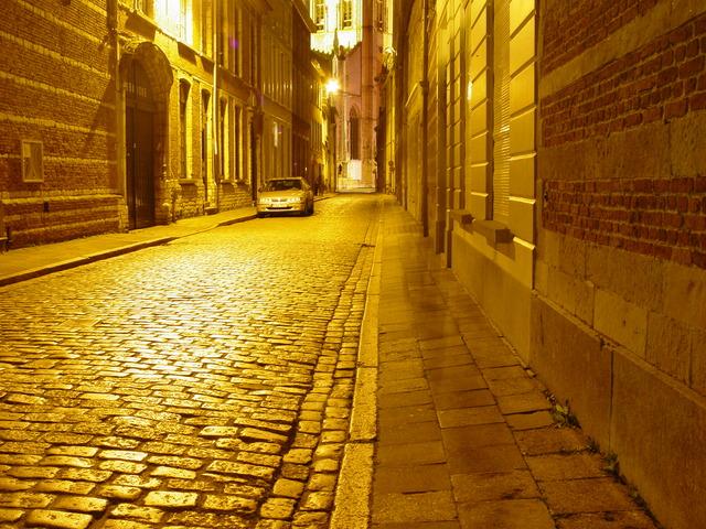 ulice osvětlená sodíkovými výbojkami