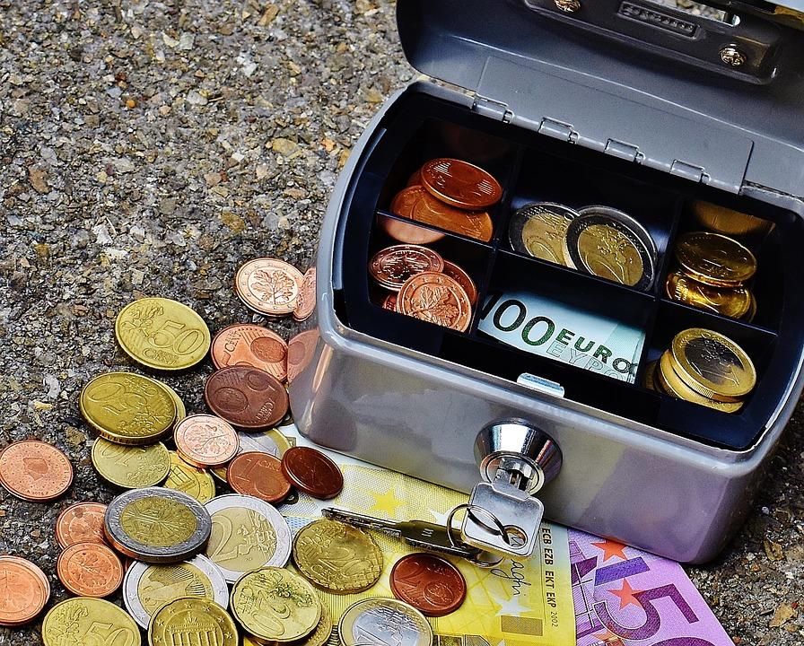 pokladnička s penězi